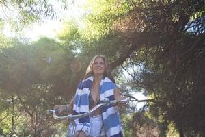 Jindee_natural-girl-on-bike